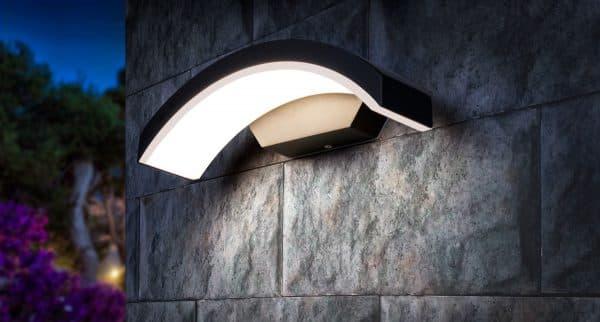 один из вариантов влагостойкого светильника с установкой на стену