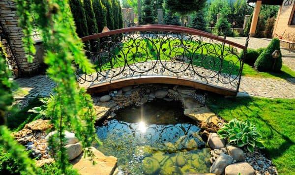 ландшафтный дизайн пруда с мостиком