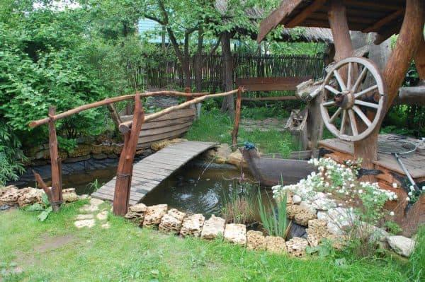 ландшафтный дизайн пруда с мостиком в стиле кантри