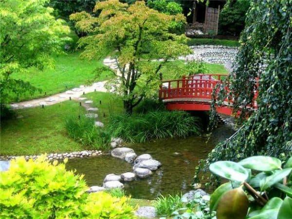 ландшафтный дизайн пруда с мостиком во французском стиле